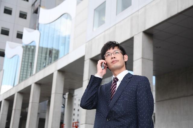 電話を掛け、目的の人を呼び出してもらうまでのマナーとして、しっかり名乗ることと簡潔に用件を伝えることが挙げられる